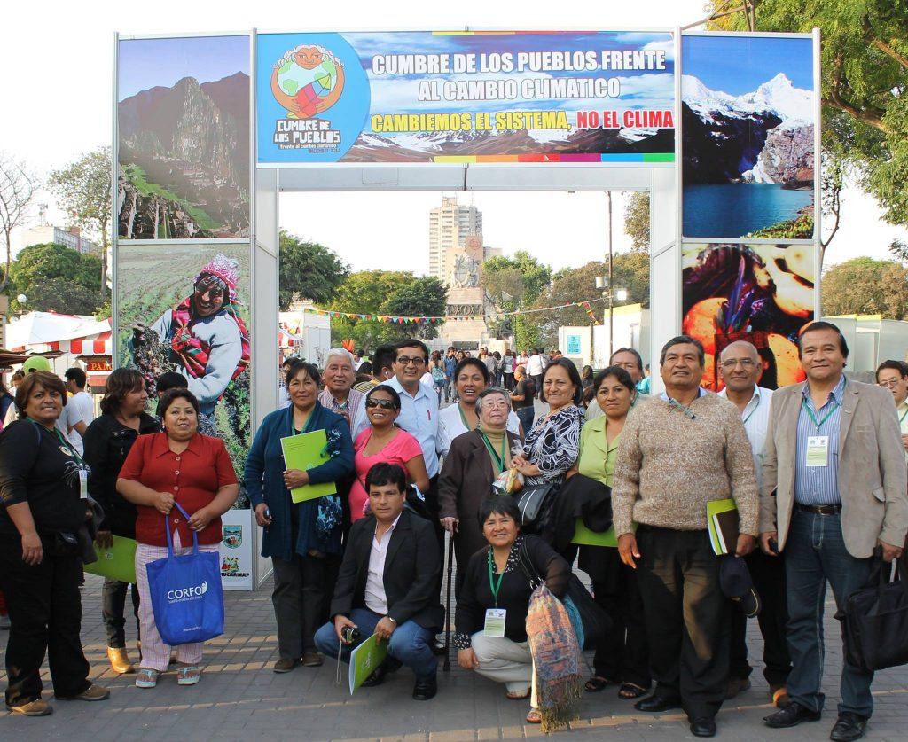 Periodistas locales participando en la Marcha de la Cumbre de los Pueblos